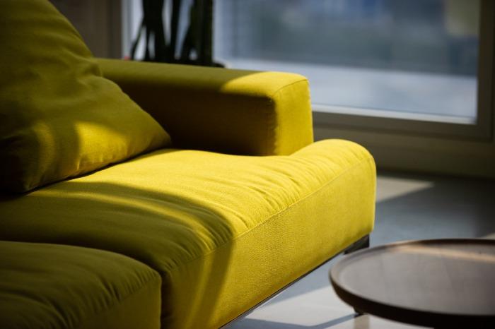 ספה צהובה סימנים הפקות