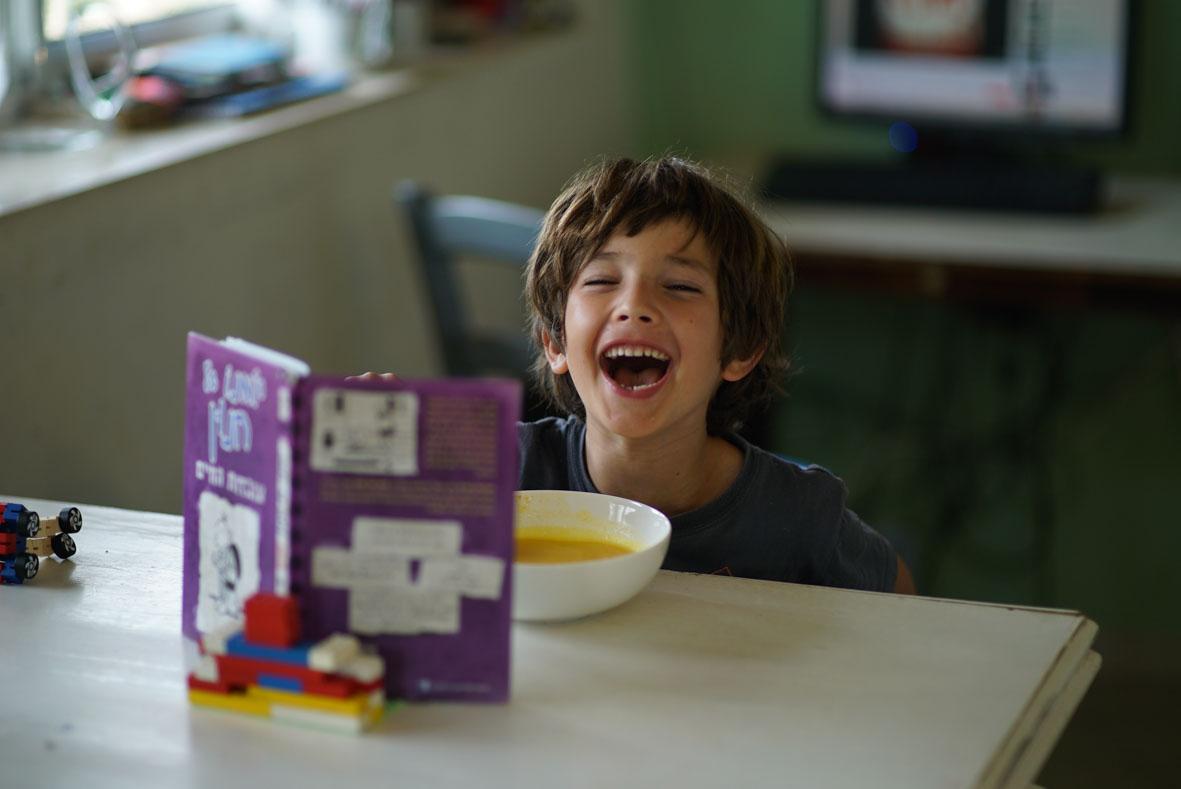 צילום ילד מאושר צילום אומנותי סימנים הפקות