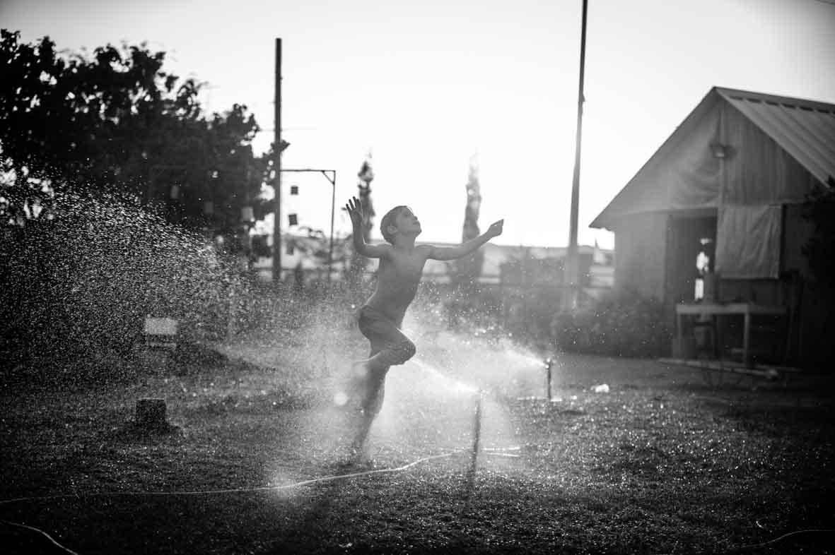 צילום ילד בממטרות שחור לבן סימנים הפקות