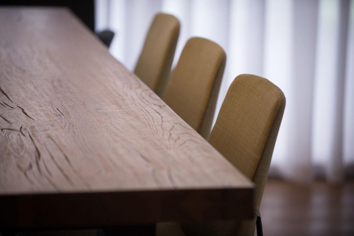 צילום שולחן עץ ארכיטקטורה סימנים הפקות